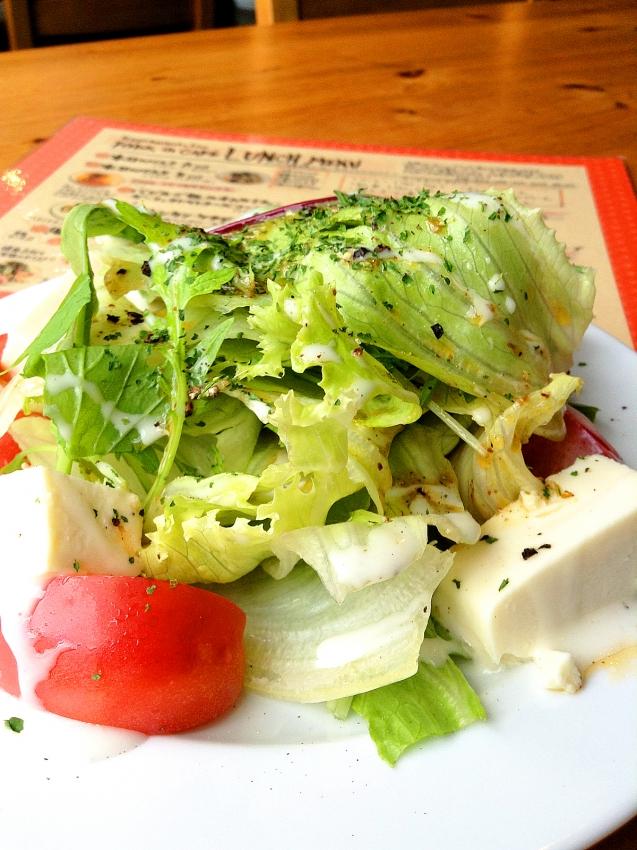 草加のFADE IN CAFEの豆腐チーズのサラダのアップ