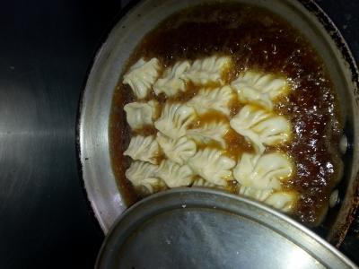 ほうろく油で揚げる餃子