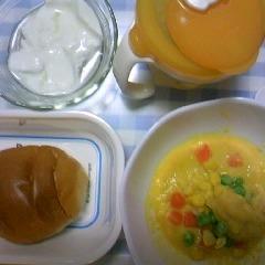 ロールパン&ミックスベジタブルとコーンペーストとささみと野菜&バナナヨーグルト&麦茶
