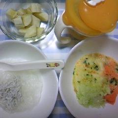 しらすのおかゆ(かつおだし風味)&キャベツとじゃがいもとにんじん+キャベツとほうれん草とにんじん&バナナ&麦茶