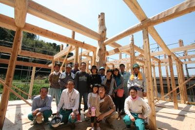 木と石の対話が聞こえる山裾の家|建て方・みんなで記念|福岡県宗像市 和モダン・洋風平屋建て