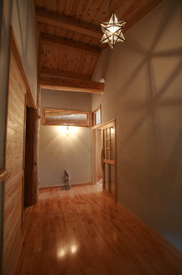 木と石の対話が聞こえる山裾の家|ついつい上を見上げてしまう楽しむ玄関|福岡県宗像市 和モダン・洋風平屋建て