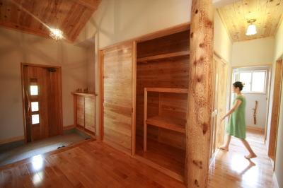 木と石の対話が聞こえる山裾の家|広い玄関収納スペース|福岡県宗像市 和モダン・洋風平屋建て