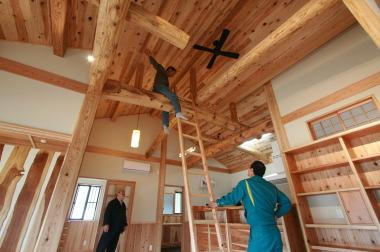和風・平屋建ての梁に完成したあとも触れられるように登れるようにしてます。|木造りの家フォーユー