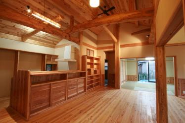 家族が集うゆったり広いリビング空間|福岡県北九州市小倉南区の木造りの家