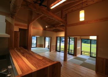 キッチンから見たリビングと和室|福岡県北九州市小倉南区の木造りの家フォーユー