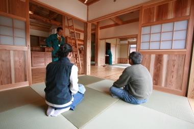 リビングの一角に設けた茶の間にてちょっと一息|福岡県北九州市小倉南区の木造りの家フォーユー