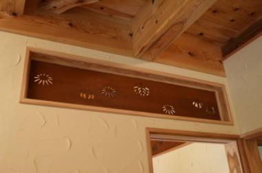 以前住んでいた住まいの欄間を再利用。夜になるとこの欄間ならではの楽しみ方があります。|福岡県朝倉市の三世帯木造注文住宅 木造りの家フォーユー