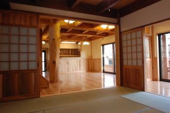 和室から見たリビング|福岡県古賀市の二階建て・骨太健康住宅|木造りの家フォーユー