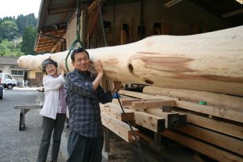 大黒柱を担いでみたかったというS様ご夫婦|佐賀県鳥栖市 S様邸(二階建て)|木造りの家フォーユーお客様の声