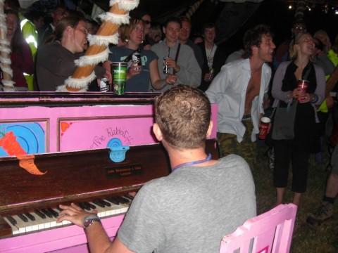 The Parkの小さなテントにピアノがあり、その場にいた一人がピアノを弾きみんなで歌う