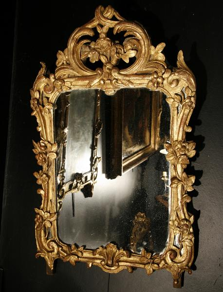 A Very Elegant 18th Century Giltwood Mirror