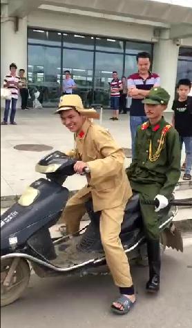 旧日本軍軍服姿の中国人若者