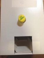ペットボトルのキャップ部分が正面に突き抜けるようにダンボール箱を穴あけ