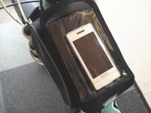 ROSWHEELのスマホ収納付きフレームバッグを取り付けた状態(上面)