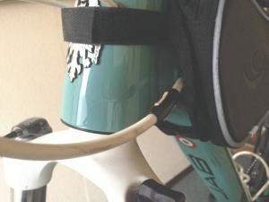 ROSWHEELのスマホ収納付きフレームバッグはヘッドチューブに固定できる