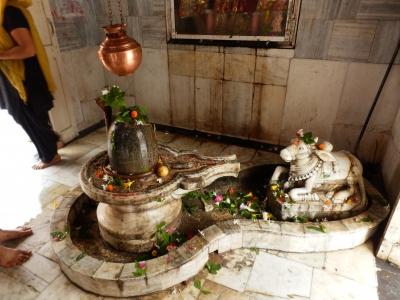 パルマート・ニケタンのガートにある寺院。シヴァリンガムがまつられている。