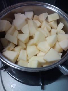 切ったりんごを鍋に入れて弱火で煮込む