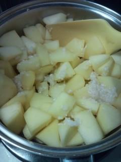 鍋のリンゴに塩麹を入れる