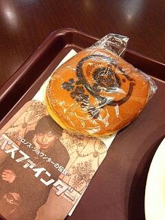 岡田達也さんが印刷されたコースターとみき丸どらやき
