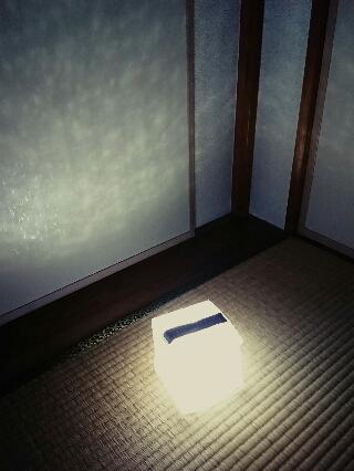 折り畳みソーラー式エコライトをインテリアとして部屋を飾る