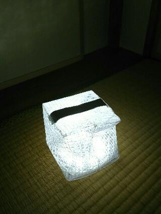折り畳みソーラー式エコライトを点灯したところ