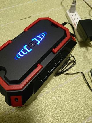 充電中のポータブル電源バッテリー