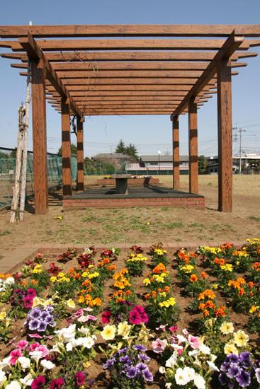 公園とベンチと花壇と