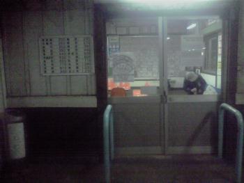 母恋駅待合室前