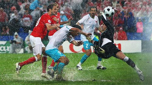雨の中、ゴール前も激しくなる