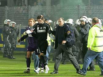 警備担当者とNツェフにエスコートされるディデュリツァ選手