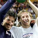 オーストリアカップを掲げて喜ぶイヴォとパパッチ2005/6/1