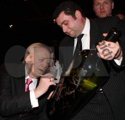「ボス、これにサインして!」「酒瓶かい!」