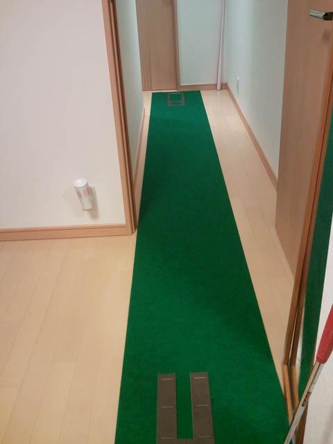 廊下でロングパットの練習