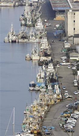 全国一斉休漁を前に、銚子漁港に停泊する漁船など=14日午後、千葉県銚子市で共同通信社ヘリから
