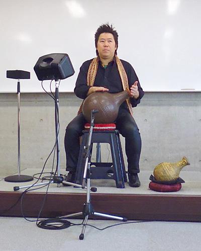 ウドゥ奏者 演奏 佐伯モリヤス 壺打楽器 遺跡の学び館 ハンドパーカッション 盛岡 岩手