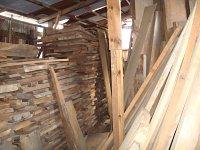 """材木が積まれた倉庫。不思議な""""護り""""を戴いているようです。"""