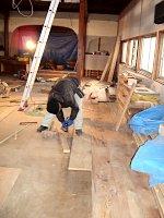 重厚な床板が敷かれていきます。
