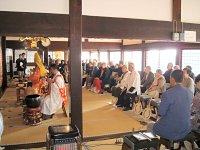 檀信徒と同席して行われた「御会式」法要。