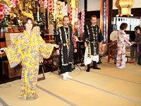 沖縄の衣装を身にまとい、楽しいライブを奉納してもらいました。