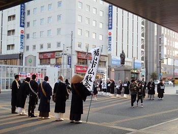 大勢の僧侶が、意欲的に募金活動を行いました。