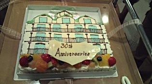 三木医院をかたどった、お祝いケーキ。