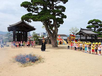 bf7193af50b 当園では子ども達の短冊がつるされた七夕飾りに火をつけ、願いごとが叶うようお祈りを捧げた。