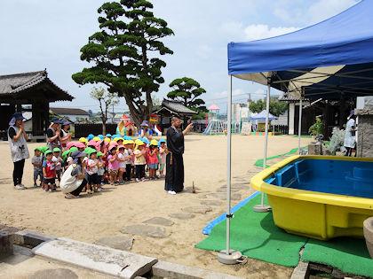 6939780a83b この日はプール開きも行われ、ケガや事故なく楽しく遊べるよう皆で手を合わせてお祈りをした。