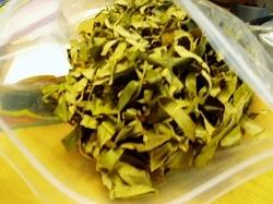 取り込んだ枇杷の葉茶