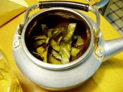 急須に入れた枇杷の葉茶
