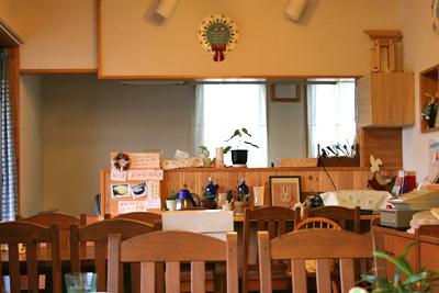 キッチンハートランド店内、店の窓辺からキッチンカウンターをのぞく