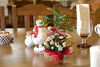 キッチンハートランド、テーブル風景。スノーマンくんの背中