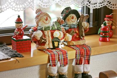 キッチンハートランド店内、窓辺に腰掛ける二人のスノーマン