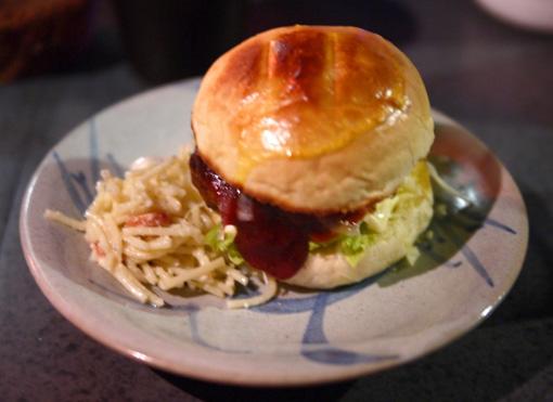 レインボーキッチン Rainbow Kitchen 手作りハンバーガー。